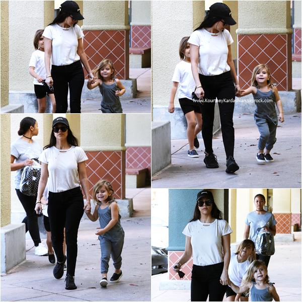 27/02/2016 : Kourtney et ses enfants allant déjeuner à Los Angeles.
