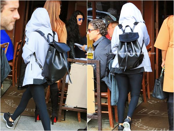 07/03/2016 : Kourtney et une amie arrivant/quittant le restaurant Il Pastaio à Beverly Hills.