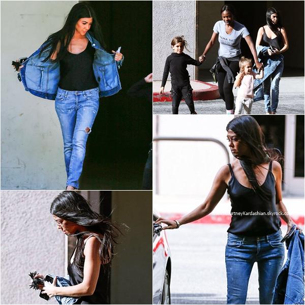 29/03/2016 : Kourtney et ses enfants dans les rues de Los Angeles.