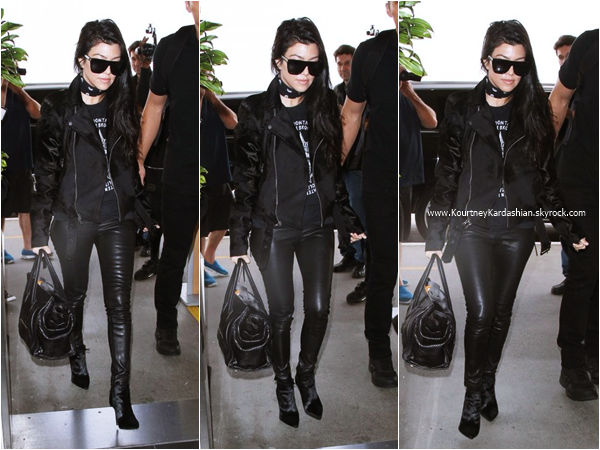 11/04/2016 : Kourtney arrivant à l'aéroport LAX de Los Angeles.