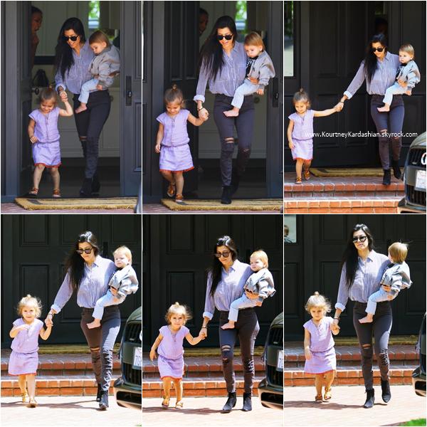14/04/2016 : Kourtney et ses enfants arrivant/quittant un cours de musique à Beverly Hills.