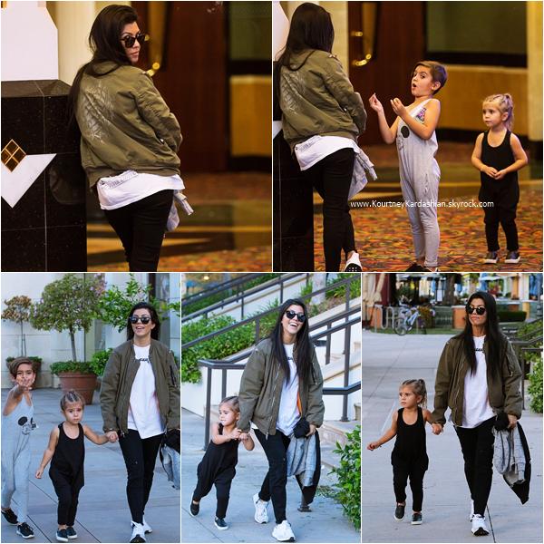 15/04/2016 : Kourtney et ses enfants se rendant au cinéma à Calabasas.