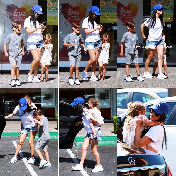 21/04/2016 : Kourtney et ses enfants arrivant/quittant Color Me Mine à Los Angeles.