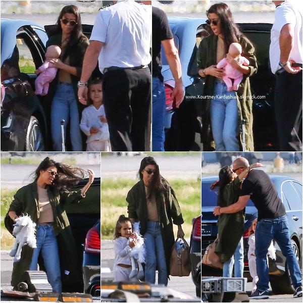 22/04/2016 : Kourtney et sa famille prenant un jet à Van Nuys.