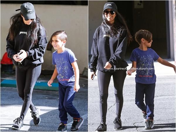 26/04/2016 : Kourtney et son fils Mason se promenant à Woodland Hills.