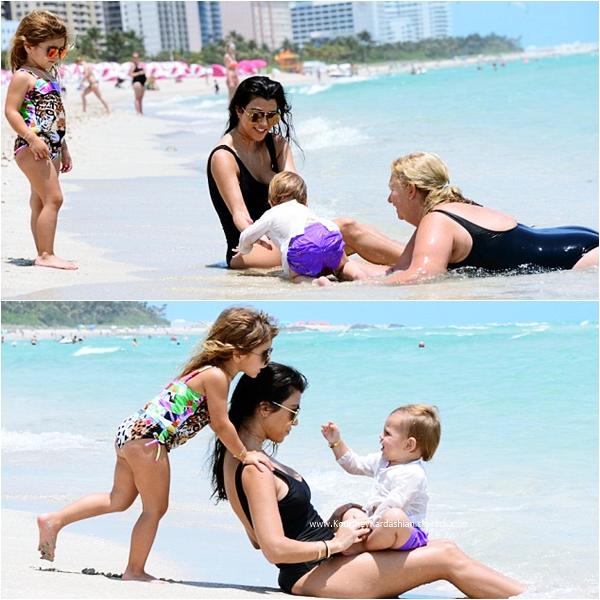 03/05/2016 : Kourtney et ses enfants sur une plage à Miami.
