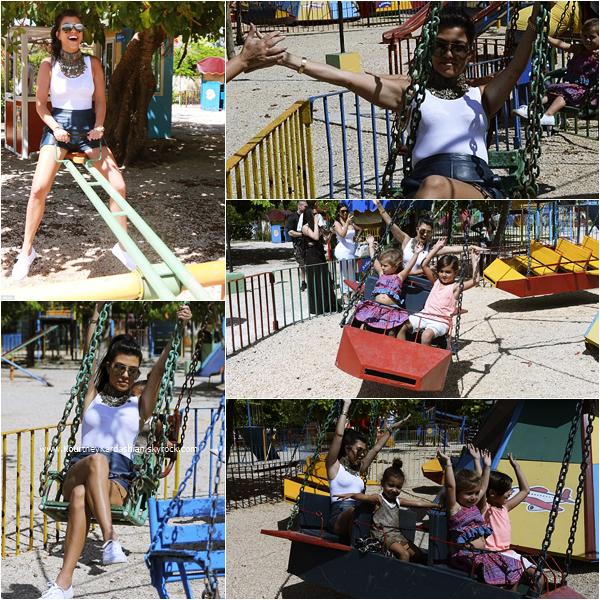 05/05/2016 : Kourtney et sa famille s'amusant dans un parc à Cuba.