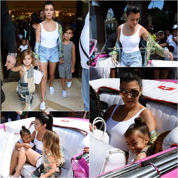 06/05/2016 : Kourtney et sa famille quittant l'hôtel Parque Central à Cuba.