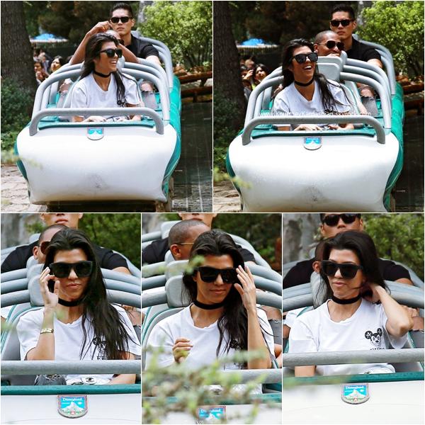 19/05/2016 : Kourtney, ses enfants, sa soeur Kim et North à DisneyLand à Anaheim.