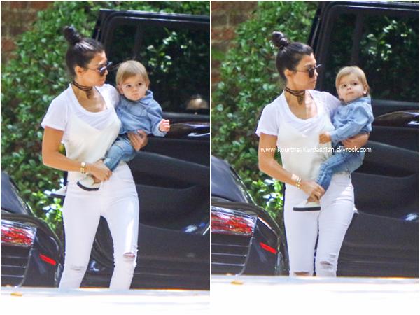 26/05/2016 : Kourtney, ses enfants, sa soeur Kim et sa nièce North se rendant à un cours de musique à Beverly Hills.