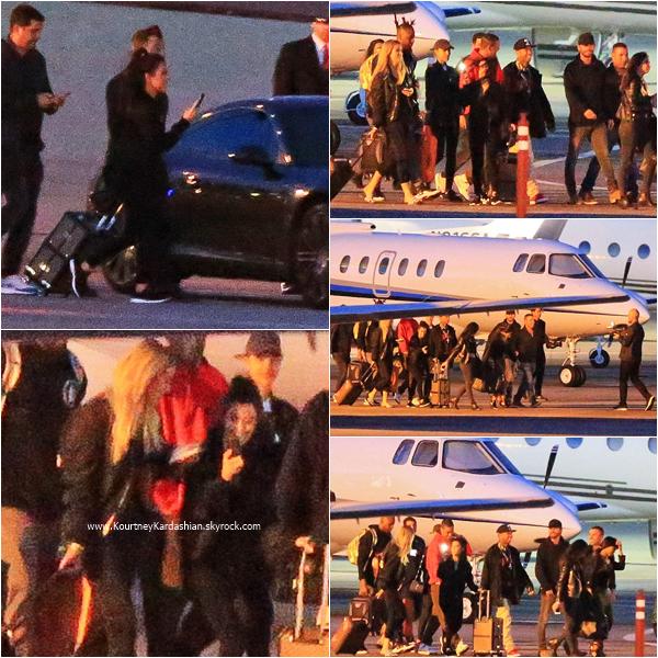 27/05/2016 : Kourtney, sa famille et ses amis prenant un jet à Los Angeles.