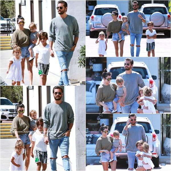 05/06/2016 : Kourtney, Scott et leurs enfants arrivant au restaurant Mastro's Steakhouse à Los Angeles.