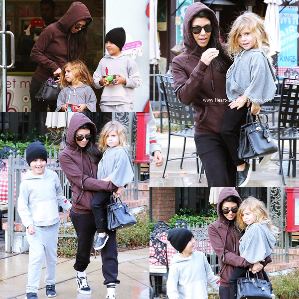 21/12/2016 : Kourtney et ses enfants quittant un restaurant à Calabasas.