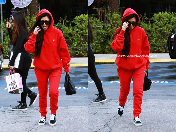 09/01/2017 : Kourtney et des amies quittant le restaurant Lovi's Delicatessen à Calabasas.