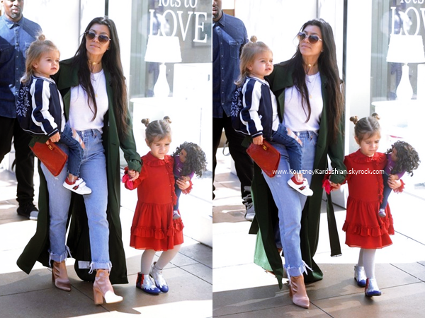 14/02/2017 : Kourtney, ses enfants, sa maman Kris, Corey et North faisant du shopping à Los Angeles.