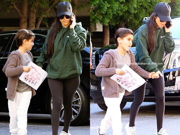 27/02/2017 : Kourtney, sa fille Penelope et sa soeur Kim se rendant chez Sloan's Homemade Ice Cream à Canoga Park.