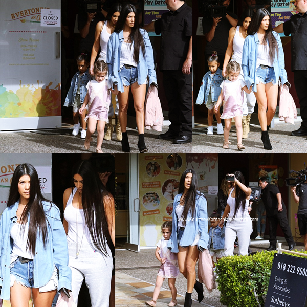 10/03/2017 : Kourtney, sa fille Penelope, sa soeur Kim et North quittant Color Me Mine à Calabasas.