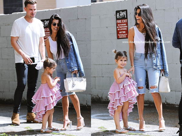 19/03/2017 : Kourtney et sa fille Penelope se rendant au cinéma à West Hollywood.
