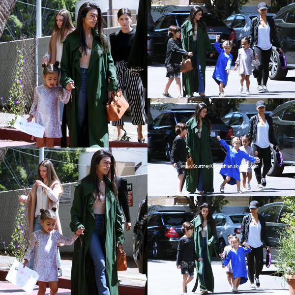 07/04/2017 : Kourtney et ses soeurs quittant le restaurant Fabrocini's à Los Angeles.