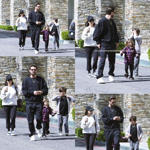 07/04/2017 : Kourtney et ses soeurs quittant le restaurant Fabrocini's à Los Angeles.