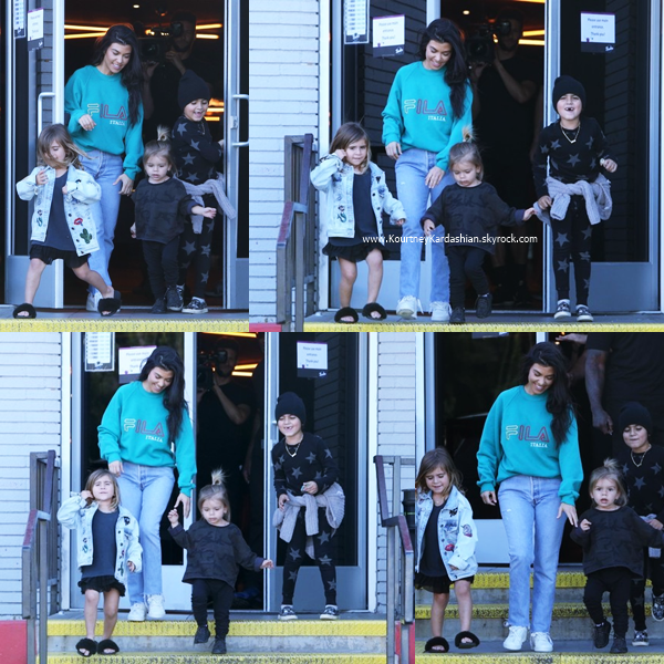 13/04/2017 : Kourtney, Scott et leurs enfants arrivant/quittant un bowling à Calabasas.