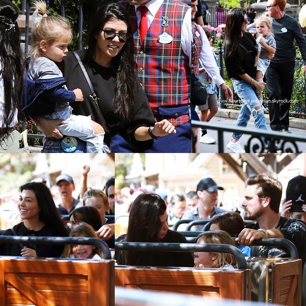 17/04/2017 : Kourtney et sa famille quittant une église à Los Angeles.