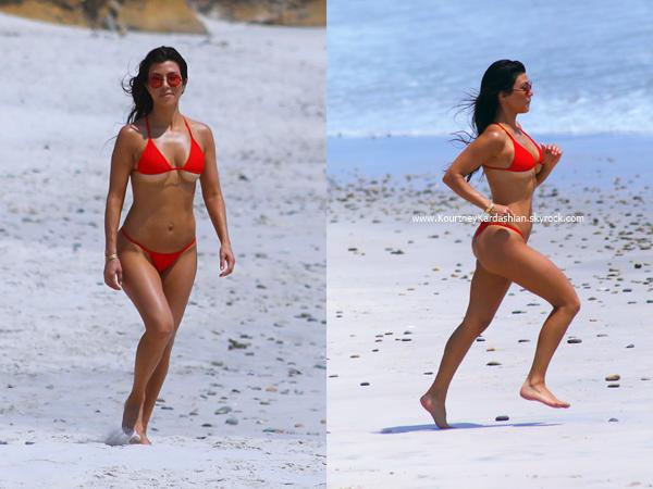 24/04/2017 : Kourtney, sa soeur Kim et des amies sur une plage au Mexique.