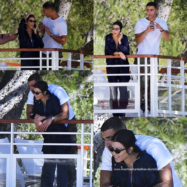 21/05/2017 : Kourtney et son petit-ami Younes sur le balcon de l'hôtel Eden Roc à Cannes