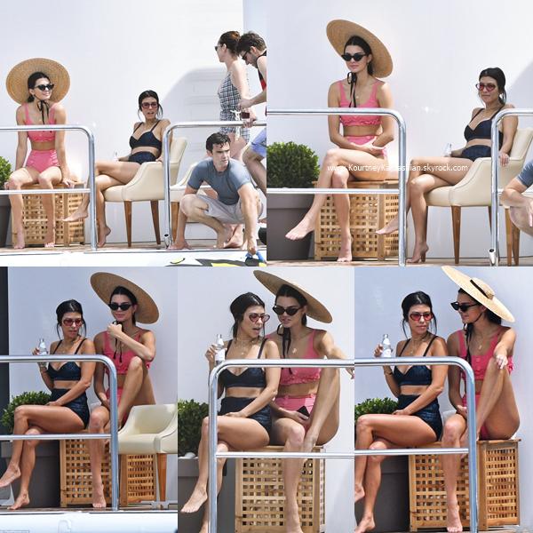 23/05/2017 : Kourtney, son petit-ami Younes, Kendall et des amis sur un yatch à Cannes