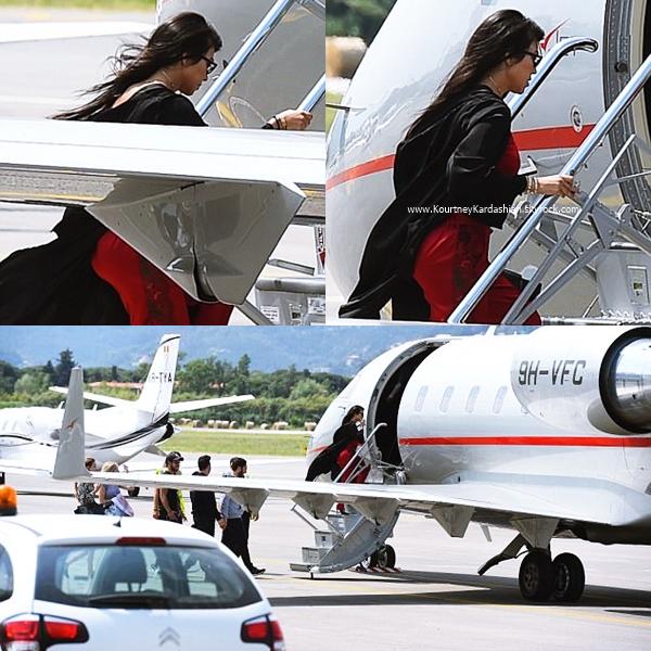 26/05/2017 : Kourtney, son petit-ami Younes et Kendall prenant un jet à Cannes
