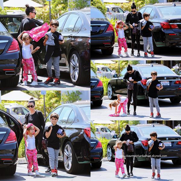 01/06/2017 : Kourtney et sa fille Penelope faisant du shopping à West Hollywood