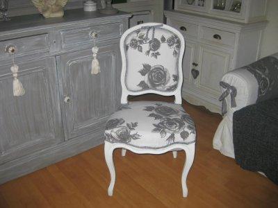 Chaise Ancienne Entierement Refaite En Tissu Blanc Fleurs Grises