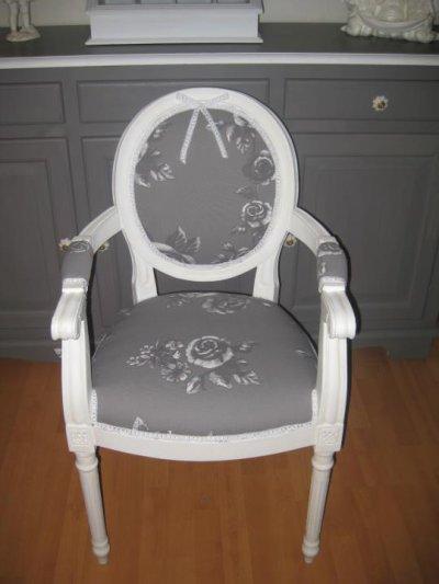 Fauteuil medaillon avec accoudoirs refait en tissu gris fleurs blanches