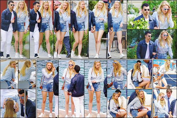 22/05/17 : Sophie T. et Joe J. ont été vus se promenant et déjeunant - Cannes, France.   Nous retrouvons Miss Turner très souriante, les tourtereaux ont l'air vraiment heureux. J'aime bien sa tenue, top pour Soph' !