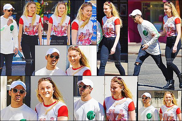 13/04/17 : Sophie Turner était en balade avec son petit-ami Joe Jonas - SoHo, Californie. Les amoureux étaient à nouveau en sortie, je les trouve vraiment mignon. Un TOP pour la tenue de Sophie qui était assez simple.