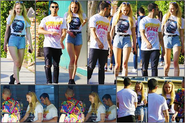 12/04/17 : Sophie était de sortie avec son boyfriend Joe et un ami. - West Hollywood, CA.  C'est dans une tenue décontractée et simple que la jeune actrice est allée s'acheter un café. Un TOP pour So', qu'en penses-tu ?