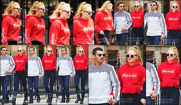 08/05/17 : Sophie et Joe ont été vus sortant d'un restaurant après avoir déjeuné - East Village   Puis, dans la journée, les amoureux ont à nouveau été vus mais cette fois-ci sortant de la salle de sport dans SoHo. TOP pour les tenues.