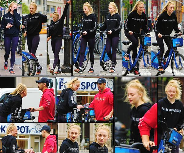 07/05/17 : Sophie T. a été vue faisant du vélo avec Joe et le petit-frère de ce dernier. - SoHo.   La belle S' portait une tenue sportive basique même si j'aime bien son pull. Sophie avait l'air de bien s'amuser et prendre du bon temps.