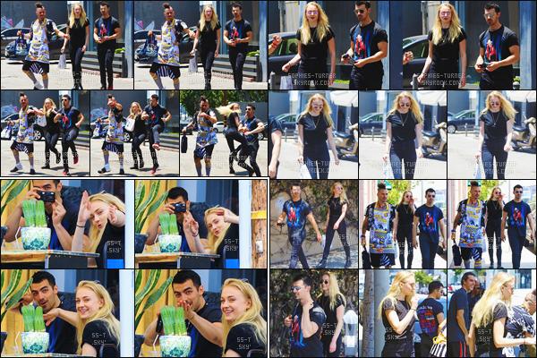 05/06/17 : Sophie, Joe et Cole ont à nouveau été vus sortant d'un restaurant - West Hollywood   Ils se sont amusées à faire du 'karaté' dans la rue pour imiter les paparazzis. Côté tenue, c'est un style totalement en noir assez simple, top !