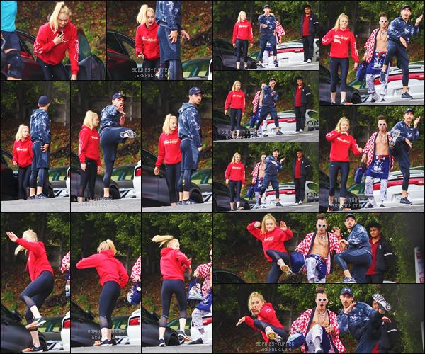 06/06/17 : Sophie, Joe et Cole ont à nouveau été vus ensemble allant à la gym - Los Angeles    Ils se sont à nouveau amusées dans la rue avec les paparazzis. Côté tenue, c'est une tenue de sport. Soph a l'air d'aimer ce pull rouge !