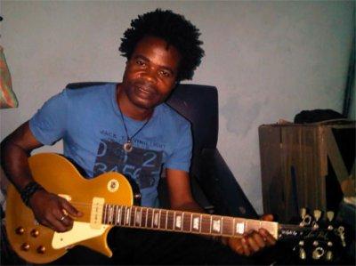 Moi et la premiere guitare electrique amené au Congo par Bil Alexandre en 1956