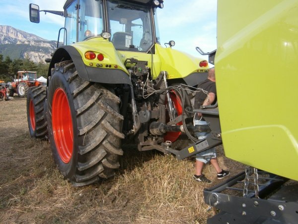 Foire MENGLON ( 26 ) - Claas AXION 820 +  Presse VARIANT 360 - 28 Aout 2011