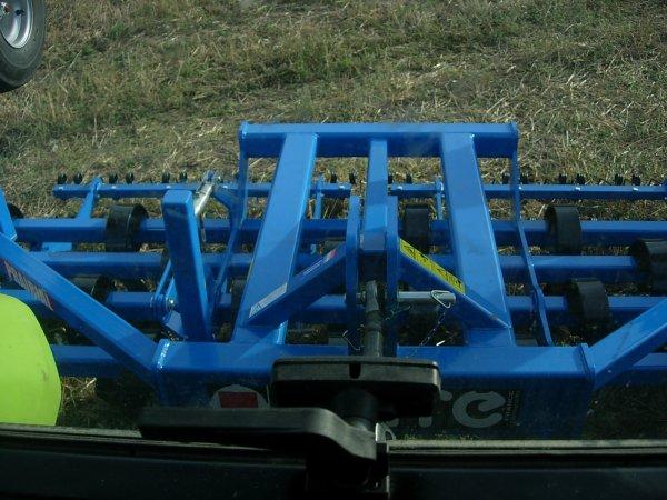 Foire MENGLON ( 26 ) - Claas AXOS 330 + Chargeur FL 80 + Herse de prairie CARRE - 28 Aout 2011