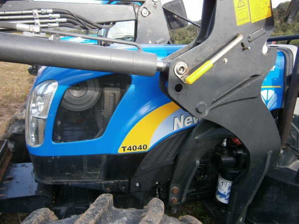 Foire MENGLON ( 26 ) - New Holland T4040  + MANIP MP'75 A- 28 Aout 2011