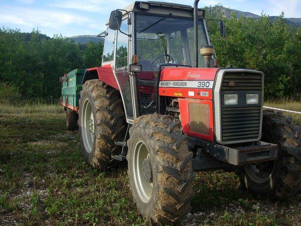 Foire MENGLON ( 26 ) - MF 390 + Benne ROCHE - 28 Aout 2011