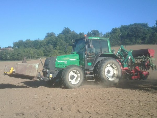 Griffonnage 2011 - Valtra Valmet 6250 + Kvernland - 09 Aout 2011