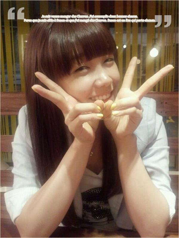 Selca - (1) Eun Ji, Yoo Kyung et Nam Joo (2) Yoo Kyung, Na Eun, Bomi, Ha Young et leur manager (3) Nam Joo & Ha Young