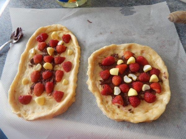 Pizza sucrée : nutella, fraises, bonbons bananes