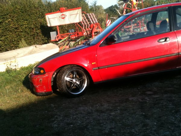 ma civic en mode poser au sol