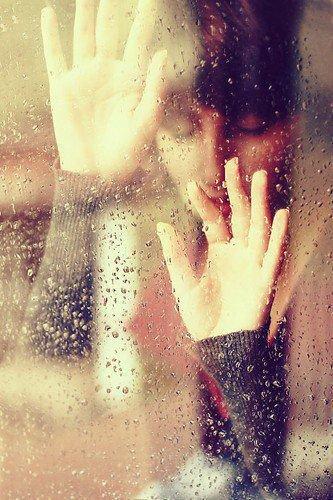 Les gens penseront que je suis pathétique qu'a mon age on ne peut pas aimé quelqu'un ni s'attacher à qui que se soit. J'ai bien envi de leur répondre que mes larmes ne sont pas du cinéma, que je souffre bien de l'intérieur, que je ressens effectivement quelque chose pour quelqu'un a mon age, que ce n'est pas une crise de l'adolessence mais un réel manque d'une personne. Que mes crises d'angoises ne sont pas calculé , que je ne fais pas expret de rester coucher des journées entière, que mes forces m'abandonne de jours en jours. Que je suis prete a me tuer pour que tous s'arrete, que je donnerai mes yeux pour pouvoir un jour gouter au bonheur. Et que non je ne suis pas folle , je suis juste en train d'aimer et de ne pas l'être en retour voilà tout .